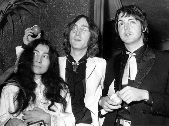 Yoko Ono, John Lennon, y Paul McCartney, en los viejos tiempos de The Beatles.