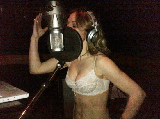 Geri Halliwell grabando &quot;cmoda&quot; en el estudio.