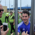 Los Jonas Brothers jugaron ftbol en su da libre en Paraguay